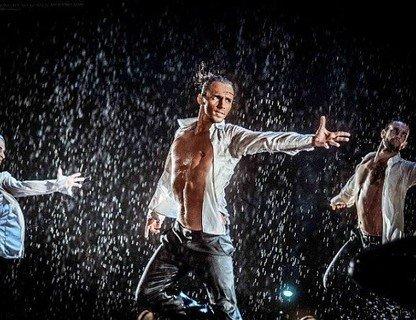 Шоу под дождём