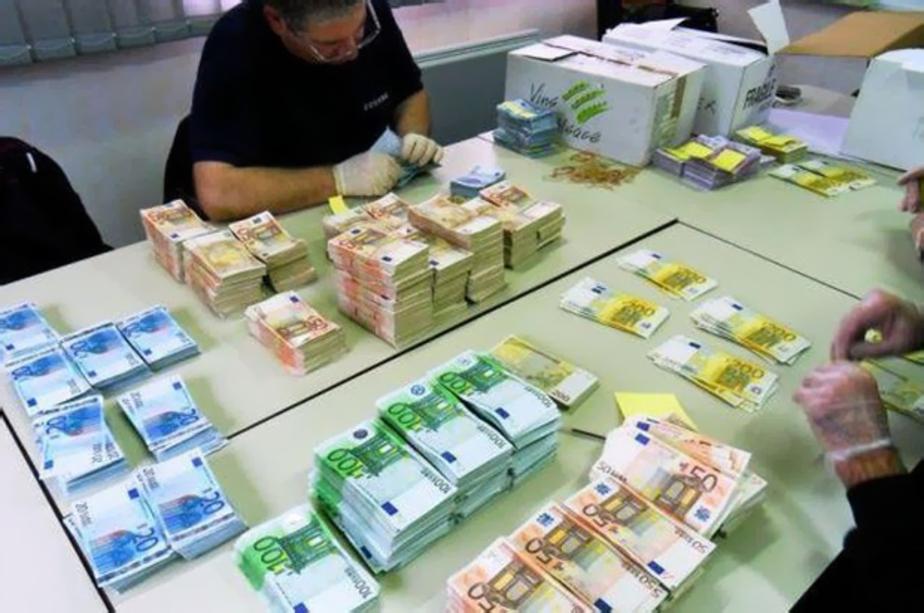Стоимость евро впервые перевалила за рублей новости  Курсовая стоимость валюты еврозоны установила очередной рекорд В ходе торгов на Московской бирже цена евро подскочила сегодня до отметки 49 049 руб