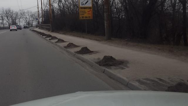 На ул. Автомобильной и Киевской в Калининграде остался песок, которым посыпали снег
