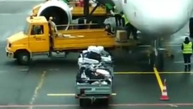 Достать и швырнуть: калининградка сняла на видео разгрузку посылок в Храброво