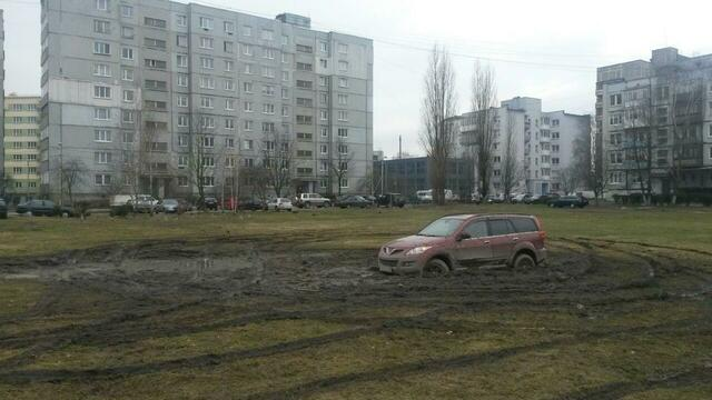 Калининградец решил поучиться дрифтингу на лужайке во дворе (фото)
