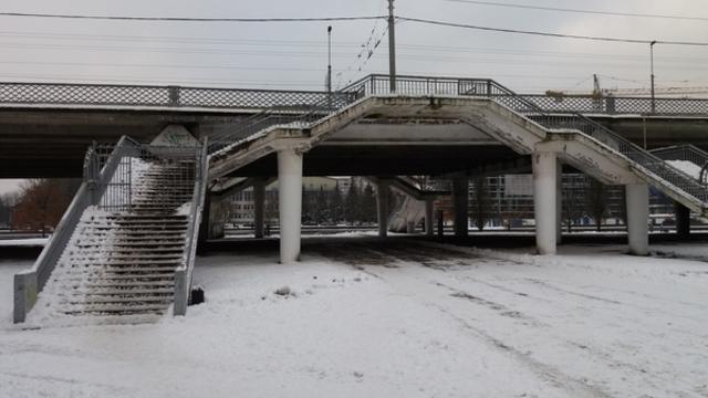 Калининградцы пожаловались на отсутствие полозьев для колясок на спусках с Эстакадного моста