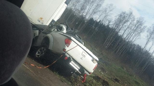 На трассе Калининград — Балтийск внедорожник занесло под фуру (фото, видео)