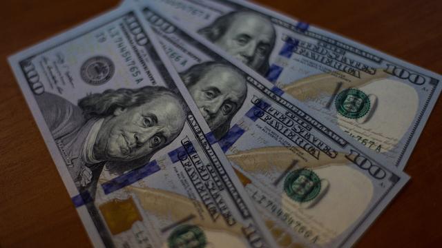 Утром понедельника евро и доллар растут к рублю