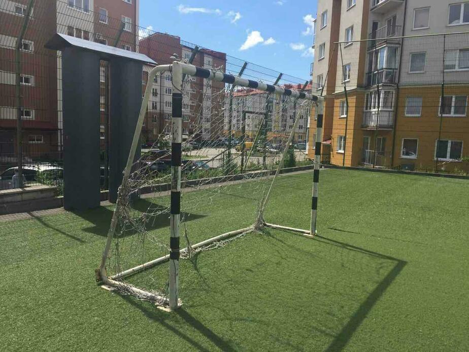 Футбольные ворота, упавшие на девочку в Чкаловске, до сих пор не закреплены