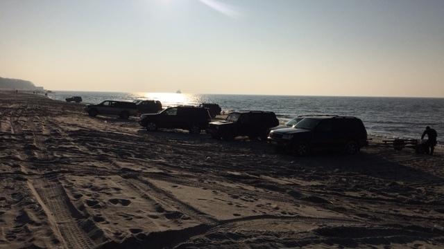 Рыбаки на внедорожниках изрыли колёсами пляж в Янтарном (фото)