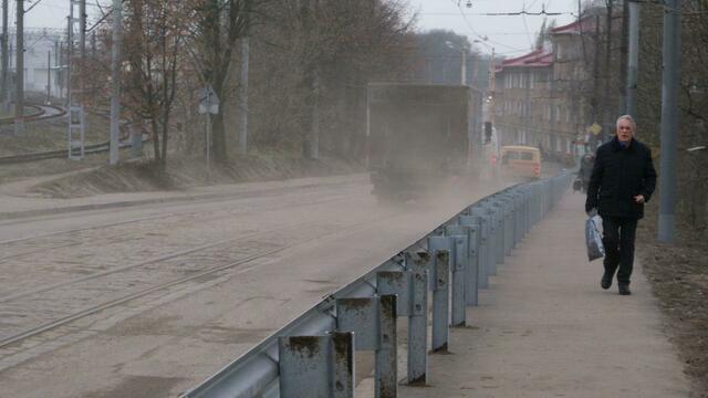 Мэрия: если тротуар вдоль моста на Суворова будут своевременно убирать, пешеходы не утонут в грязи