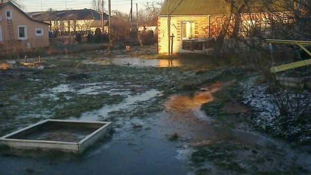 В Правдинске из-за плохого дренажа затопило пол-улицы (фото)