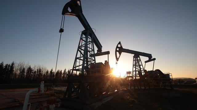 Цена на нефть впервые за полтора года превысила 57 долларов за баррель