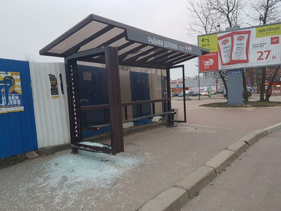 В Калининграде на ул. Октябрьской неизвестные разбили остановку
