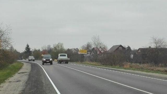 Сам себе гаишник: на Северном обходе табличка, сообщающая о ремонте, закрывает дорожный знак