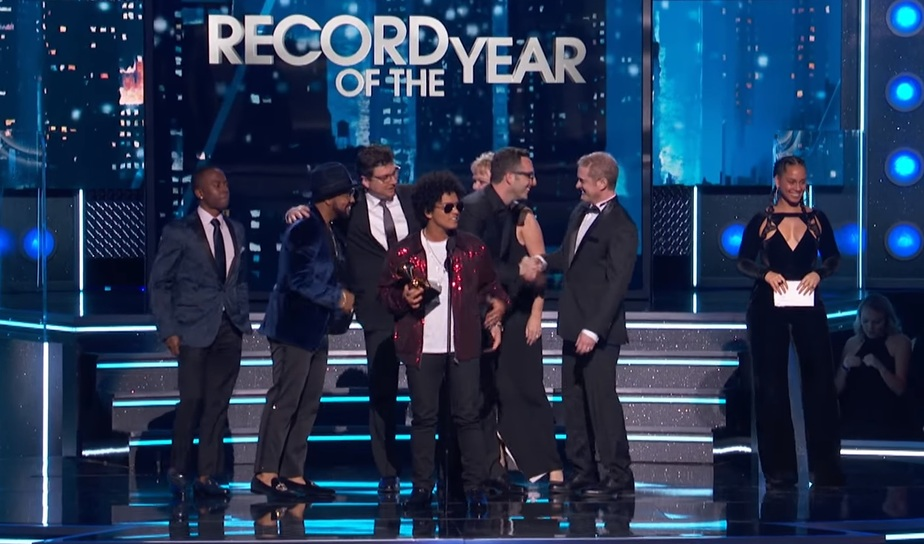 """Bruno Mars на вручение премии """"Грэмми-2018"""" / Кадр видеозаписи"""