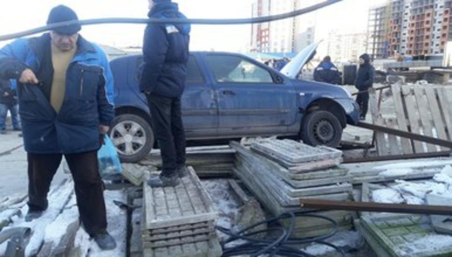 На ул. Елизаветинской в Калининграде Renault снёс ограждение и въехал на стройплощадку