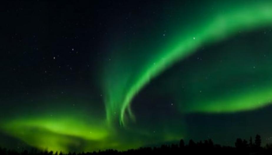 Петербуржцы приняли  необычные столбы света в атмосфере за северное сияние (фото)