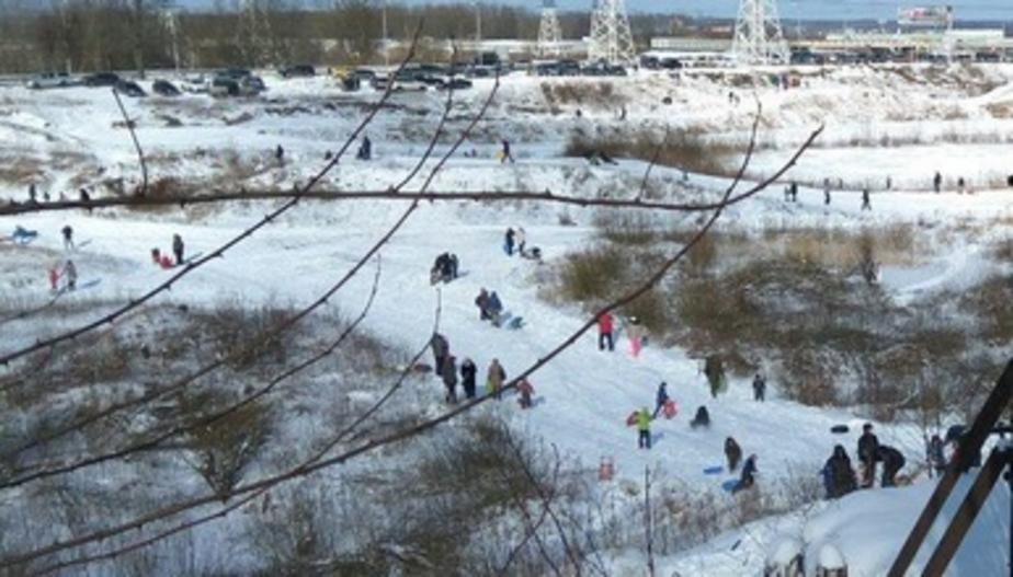 """""""Зима пришла!"""": калининградцы устроили катания на стихийных снежных горках (фото и видео)"""