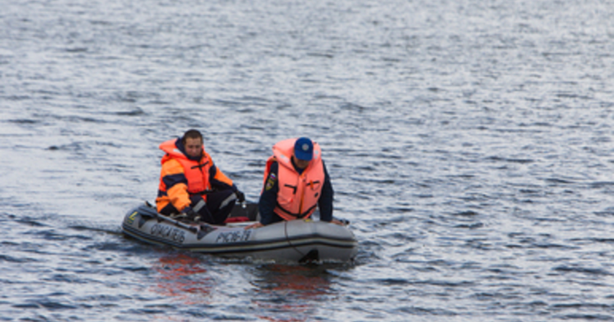 Водолазов сменили сотрудники МЧС на моторной лодке: в Гвардейске продолжаются поиски мальчика, провалившегося под лёд Преголи