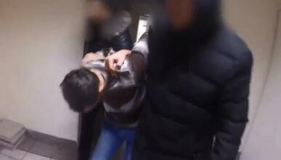 Обвиняемый в краже калининградец прятался от полиции под диваном