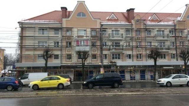 Жилец отремонтированной хрущёвки на Ленпроспекте не даёт приставам демонтировать остеклённый балкон