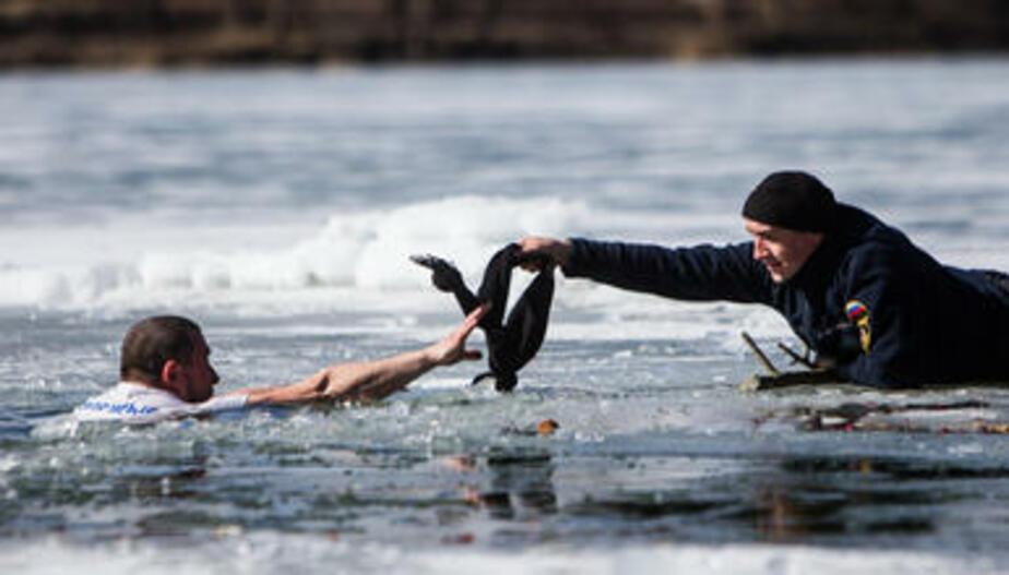 """""""Моржи"""" и спасатели показали школьникам, как помочь провалившемуся под лёд (фоторепортаж)"""