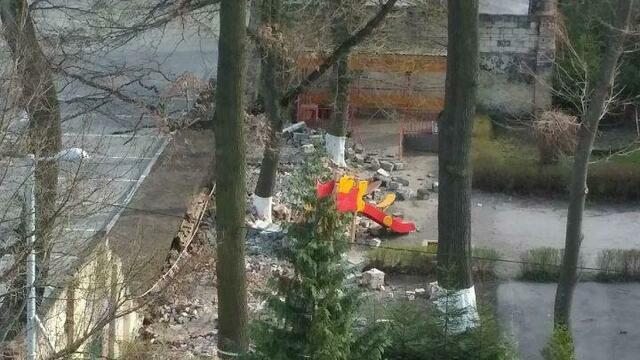 В Калининграде в детском саду на Гостиной обрушился кирпичный забор
