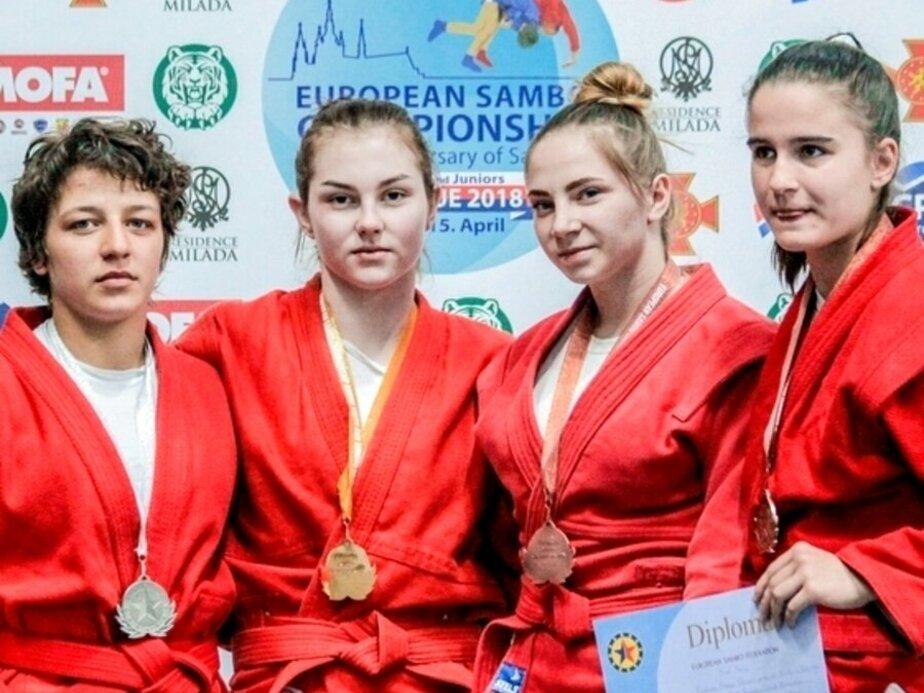 Елизавета Сыщикова на фото вторая слева / Фото: всероссийская федерация самбо
