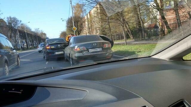 В Калининграде на ул. Невского образовался затор из-за столкновения двух легковушек