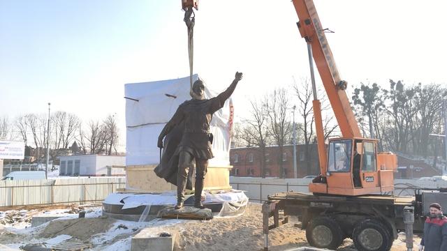 На пл. Василевского началась установка памятника Александру Невскому