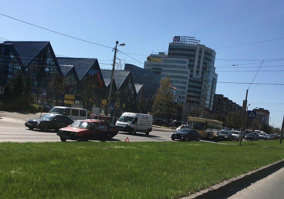 На Московском проспекте столкнулись автобус и Volkswagen, собирается пробка (видео)