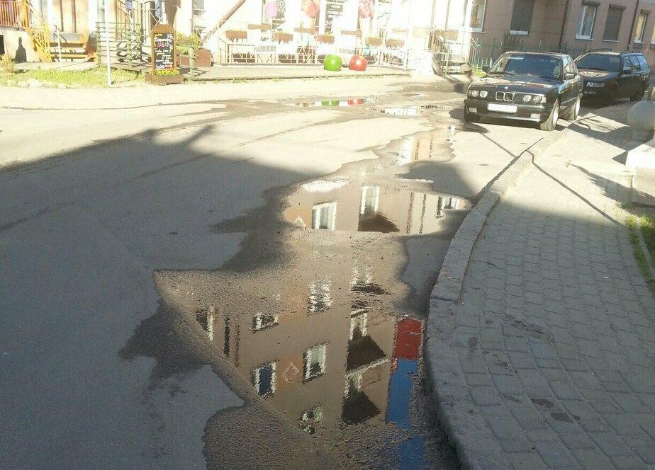 Зеленоградцы пожаловались на канализационные отходы, разлившиеся на перекрёстке