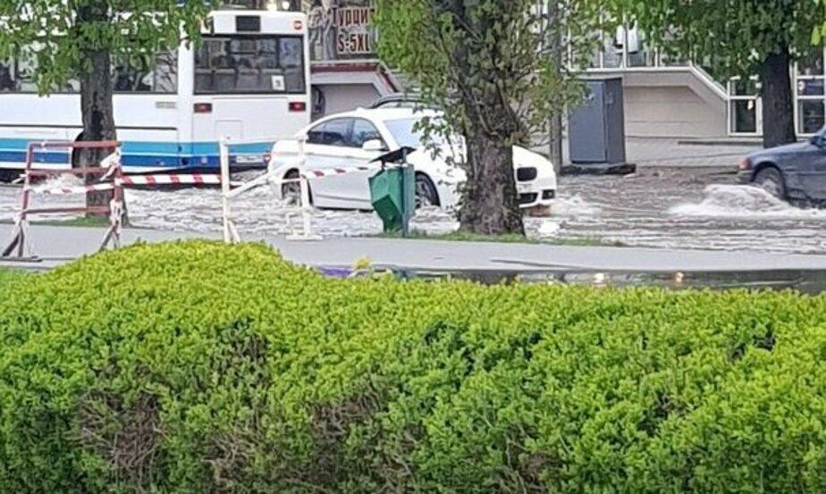 Из-за прорыва водопровода затопило улицу Пролетарскую (фото)