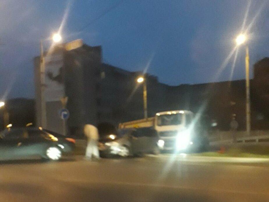 Очевидцы: Из-за аварии заблокирован въезд на Второй эстакадный мост (фото)