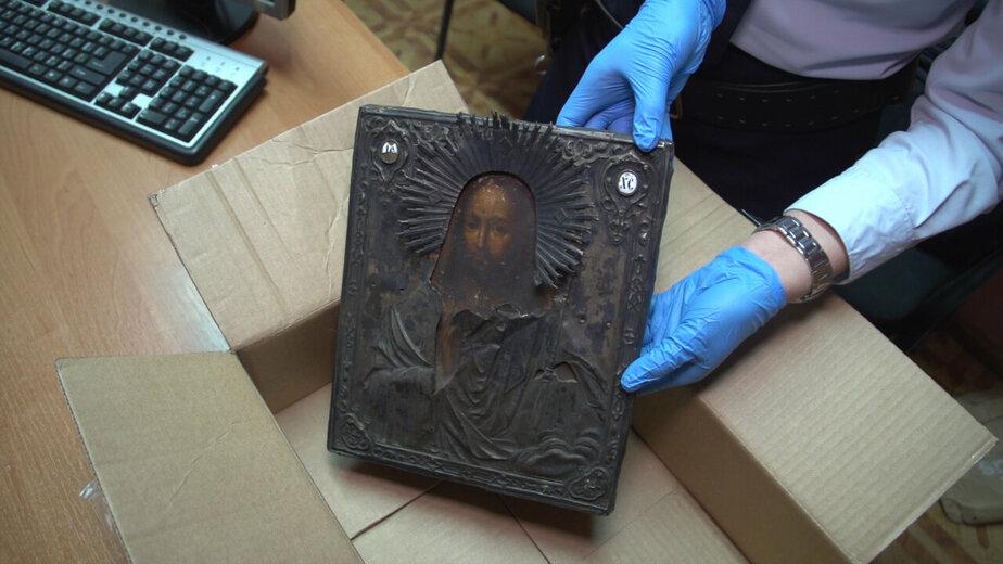 Житель Немана украл 12 тысяч евро и старинную икону на подарки любовнице
