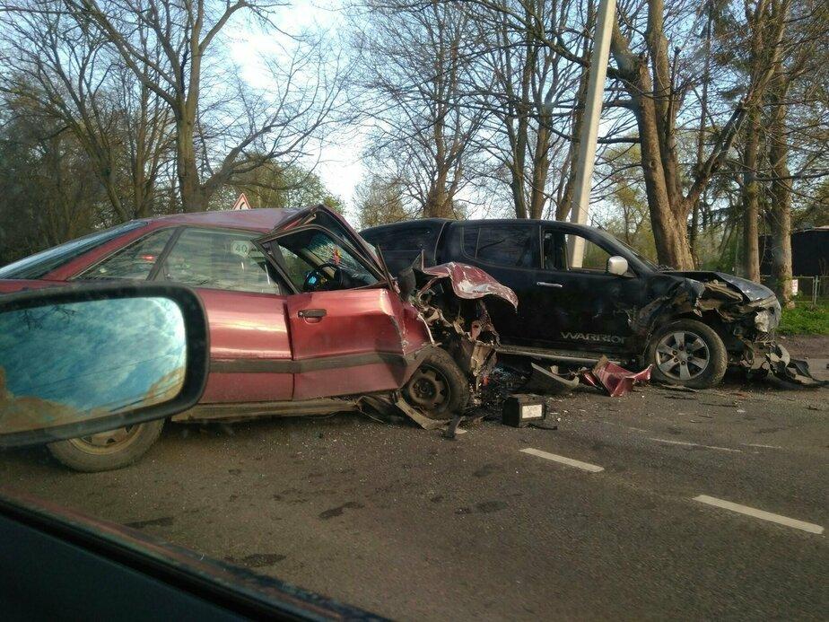 На трассе в Зеленоградском районе лоб в лоб столкнулись две иномарки