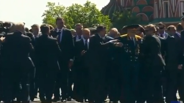 После Парада Победы охрана Путина оттолкнула от президента ветерана (видео)