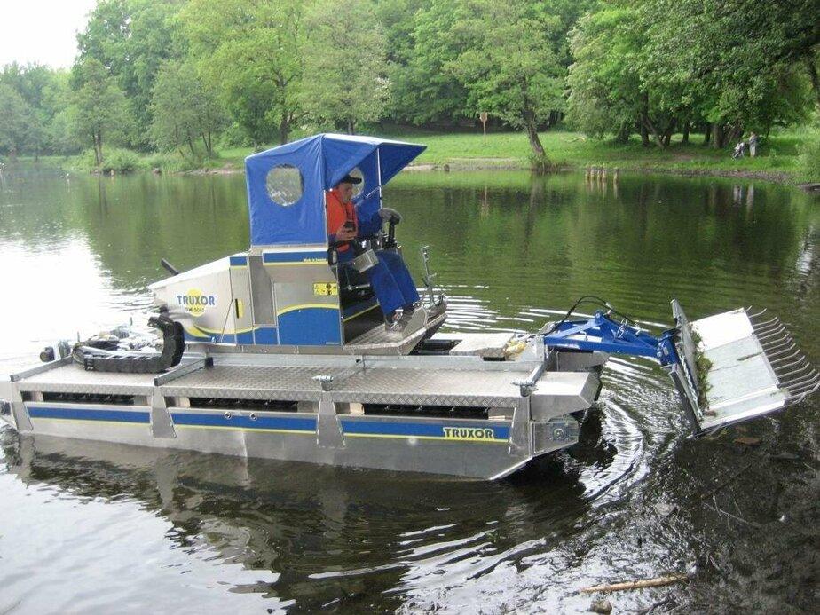 В Южном парке Калининграда машина-амфибия чистит озёра (видео)