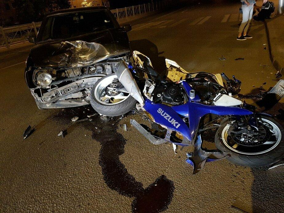 Очевидцы: На Куйбышева иномарка столкнулась с мотоциклом