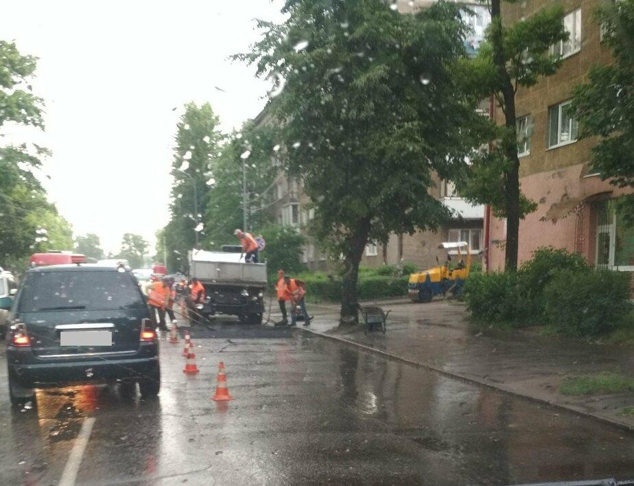 Очевидцы: на Аллее Смелых в Калининграде укладывали асфальт во время дождя (фото)