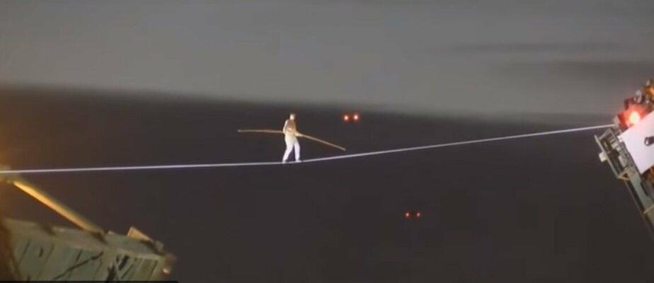 По канату с шестом в руках: петербуржец прошёл через разведённый Дворцовый мост (видео)