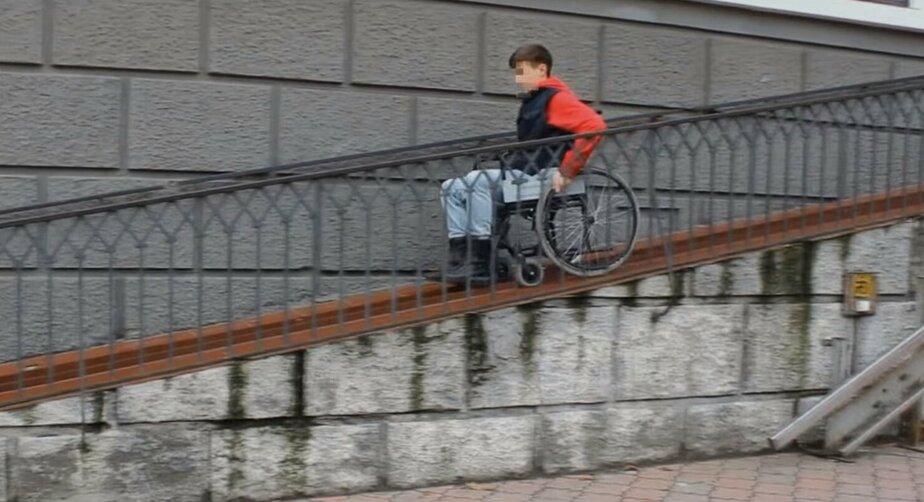 """""""Пандусы-убийцы"""": калининградские волонтёры проверили, легко ли передвигаться по городу в инвалидной коляске (видео)"""