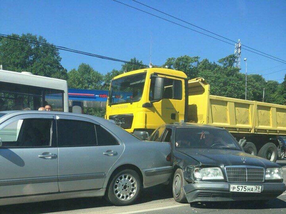 Из-за тройного ДТП на ул. Дзержинского образовалась пробка (фото)