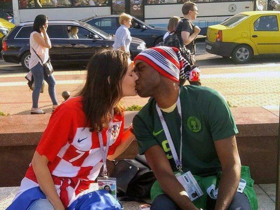 Влюблённые болельщики команд-соперниц стали звёздами интернета после поцелуя на ЧМ в Калининграде