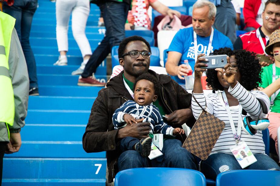 Нигерийские болельщики назвали нелепым заявление, что у них есть обычай приносить на футбол кур