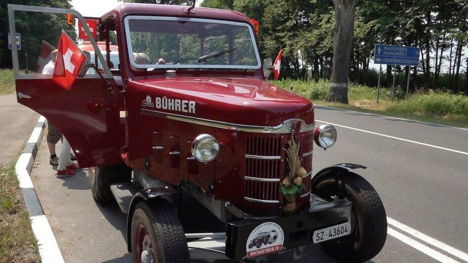 1800 км за 10 дней: как швейцарские болельщики добирались в Калининград на тракторе (фото)
