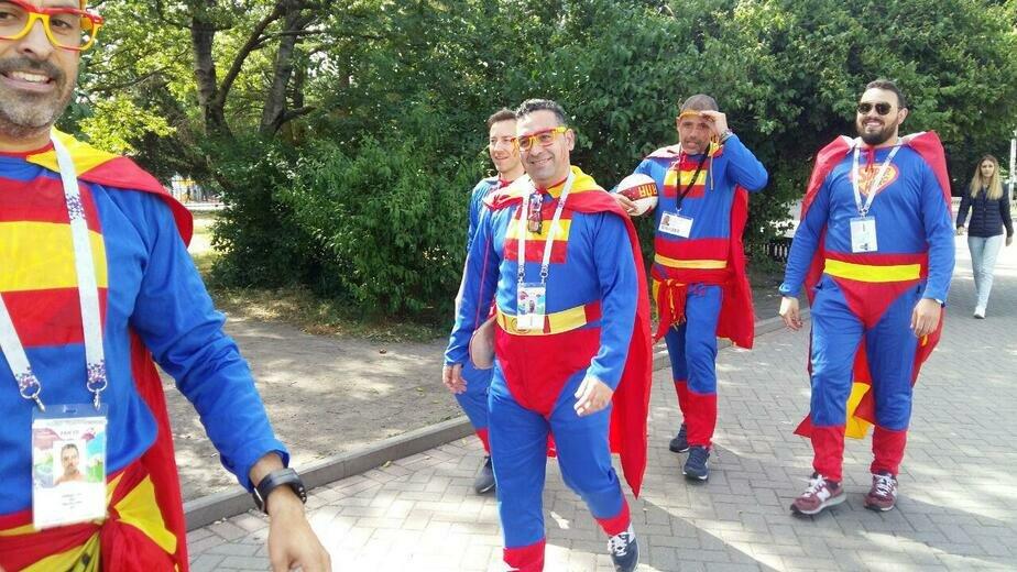 Болельщики сборной Испании прогулялись по Калининграду в костюмах суперменов