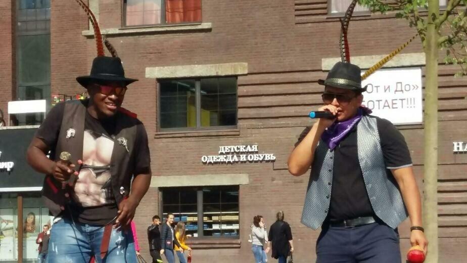 В центре Калининграда туристы из Эквадора поют и учат горожан танцевать сальсу (видео)