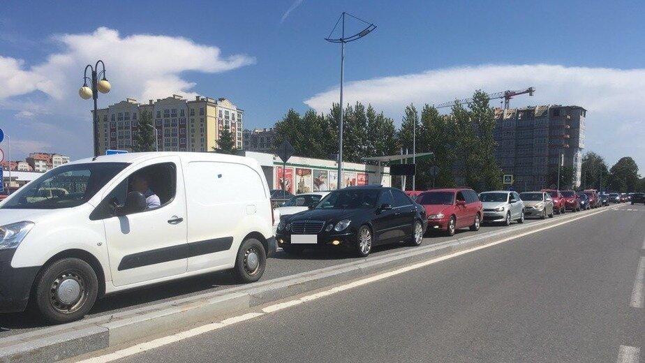 """Пробка образовалась от КПП """"Куршской косы"""" до кольца на въезде в Зеленоградск"""