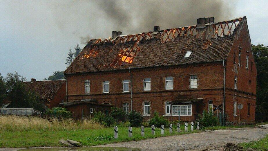 В Черняховске горит жилой дом, эвакуировали 40 человек (фото)