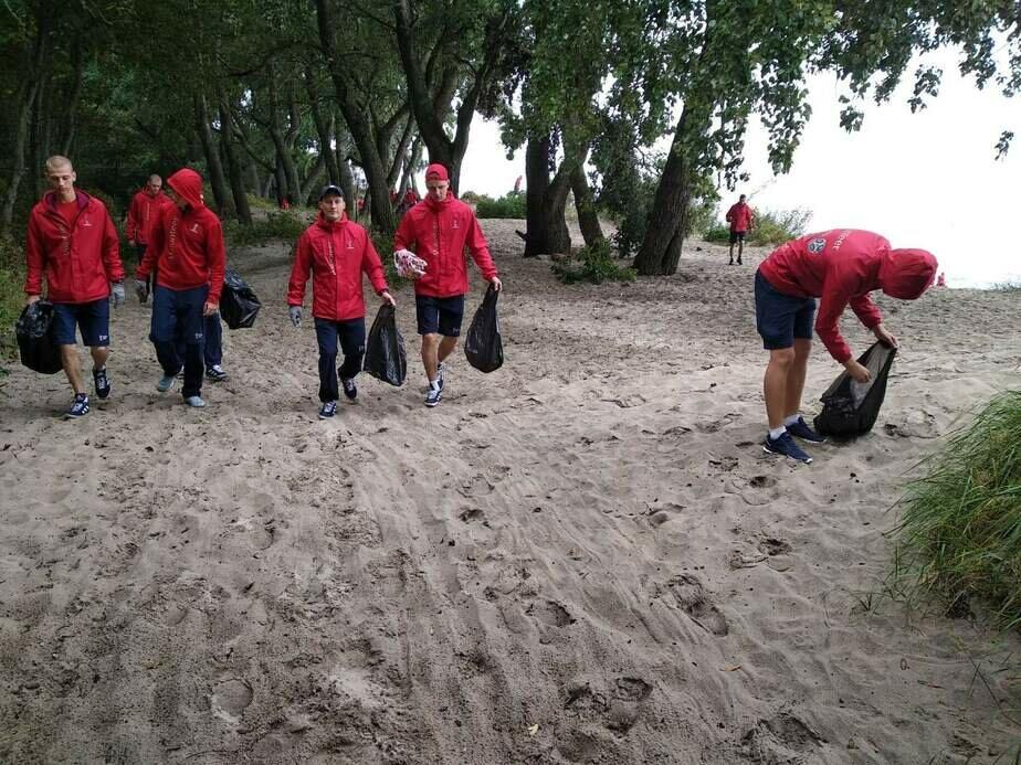 """В нацпарке """"Куршская коса"""" волонтёры очистили берег от мусора"""