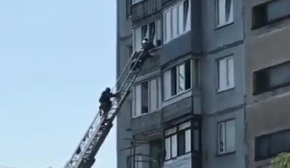 В Калининграде пожарные забрались в окно квартиры из-за загоревшегося на плите обеда (видео)