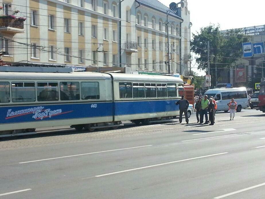 """В центре Калининграда сошёл с рельсов ретро-трамвай """"Дюваг"""" (фото)"""